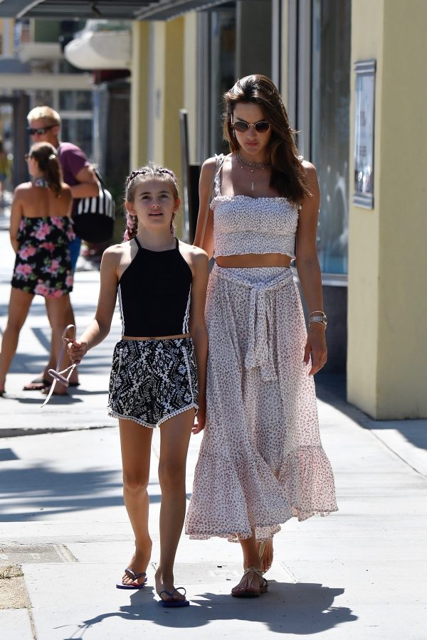 Alessandra Ambrosio with Her Daughter Out in Santa Monica 2019/09/02 3