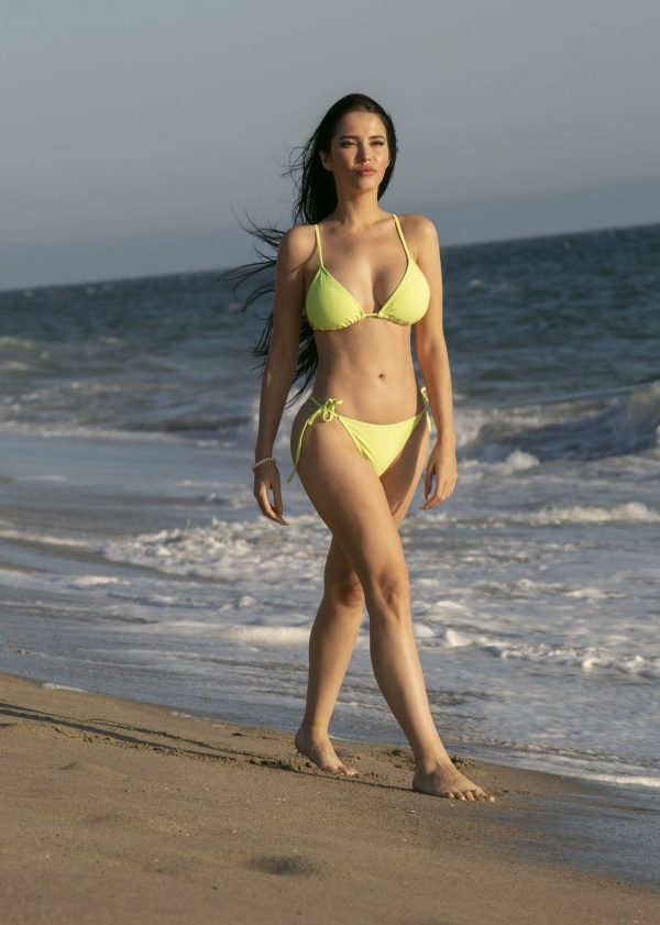 Claudia Alende Show off Her Curves in Yellow Bikini of Malibu Beach 2019/09/03 10