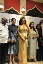 Sridevi's first wax statue in Singapore Madame Tussauds, unveiled by Boney Kapoor with daughters Janhvi and Khushi. 4