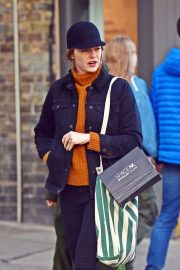 Emma Stone arrives Traditional British Pub in Primrose Hill, North London 2019/10/28 9