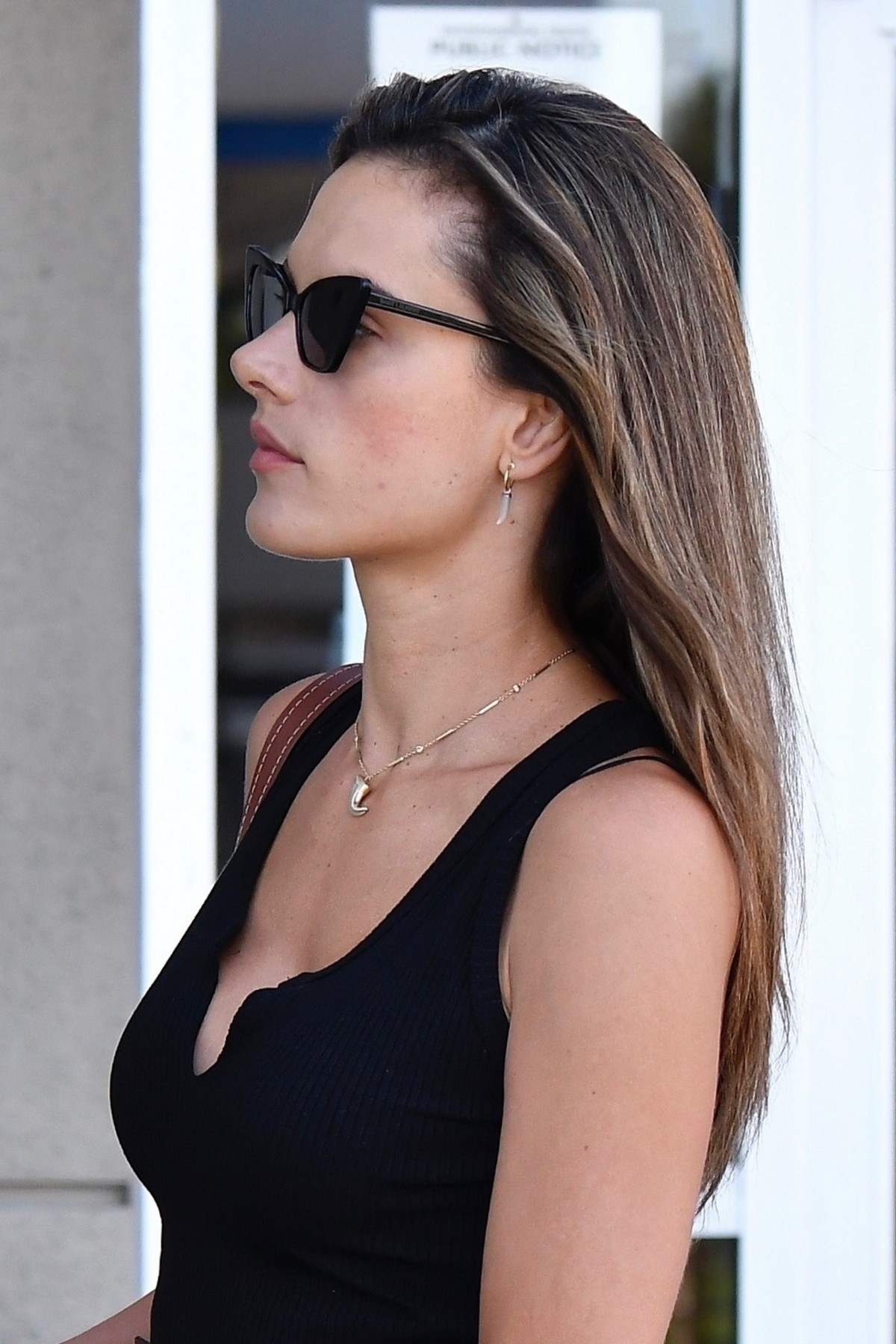 Alessandra Ambrosio in Black Top and Blue Jeans out in Los Angeles 2019/11/18 15