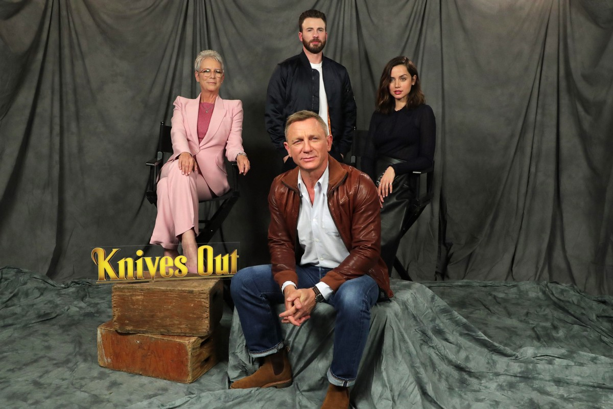 Ana de Armas and Daniel Craig at 'Knives Out' Photocall in Beverly Hills 2019/11/15 6
