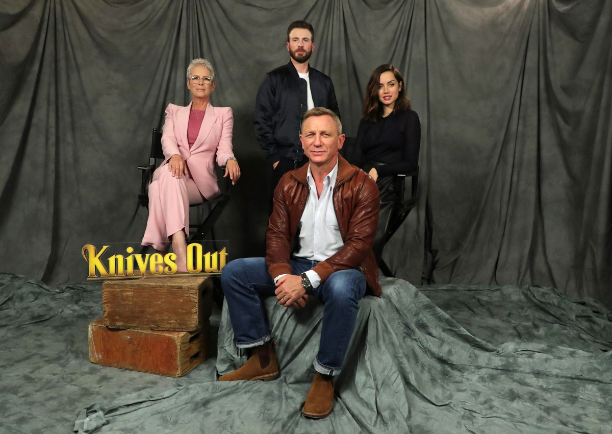 Ana de Armas and Daniel Craig at 'Knives Out' Photocall in Beverly Hills 2019/11/15 7