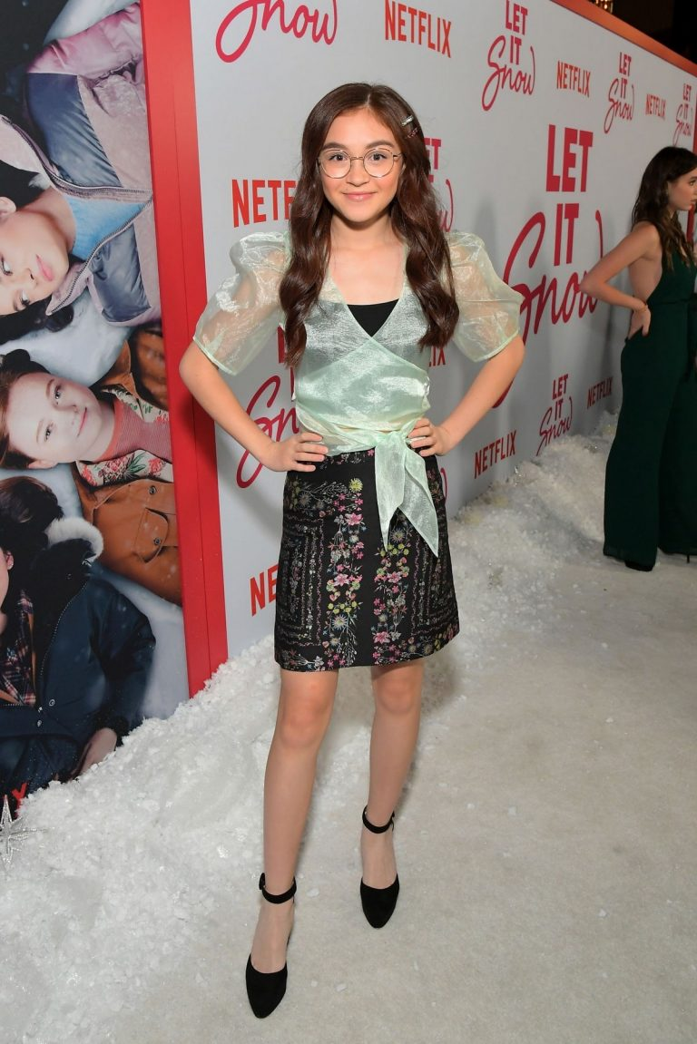 Anna Cathcart attends Netflix's 'Let It Snow' Premiere in Los Angeles 2019/11/04 8