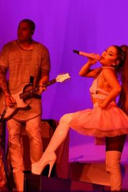 Ariana Grande performs Sweetener World Tour in London 2019/10/15 3