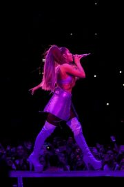 Ariana Grande performs Sweetener World Tour in London 2019/10/15 4