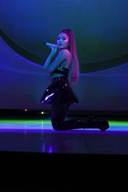 Ariana Grande performs Sweetener World Tour in London 2019/10/15 6