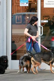 Ariel Winter seen with her dogs at a salon in Los Angeles 2019/11/04 3