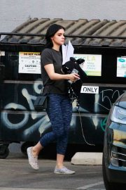 Ariel Winter seen with her dogs at a salon in Los Angeles 2019/11/04 4