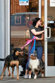 Ariel Winter seen with her dogs at a salon in Los Angeles 2019/11/04 5