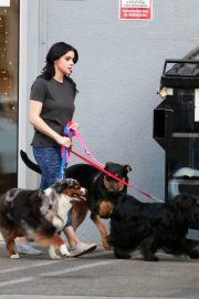 Ariel Winter seen with her dogs at a salon in Los Angeles 2019/11/04 7