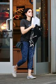 Ariel Winter seen with her dogs at a salon in Los Angeles 2019/11/04 9