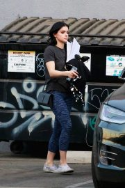 Ariel Winter seen with her dogs at a salon in Los Angeles 2019/11/04 12