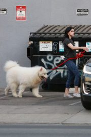 Ariel Winter seen with her dogs at a salon in Los Angeles 2019/11/04 14