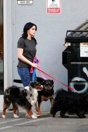 Ariel Winter seen with her dogs at a salon in Los Angeles 2019/11/04 16