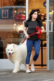 Ariel Winter seen with her dogs at a salon in Los Angeles 2019/11/04 17