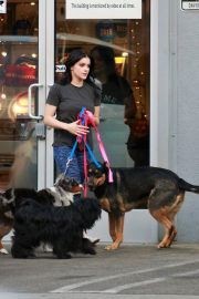Ariel Winter seen with her dogs at a salon in Los Angeles 2019/11/04 18