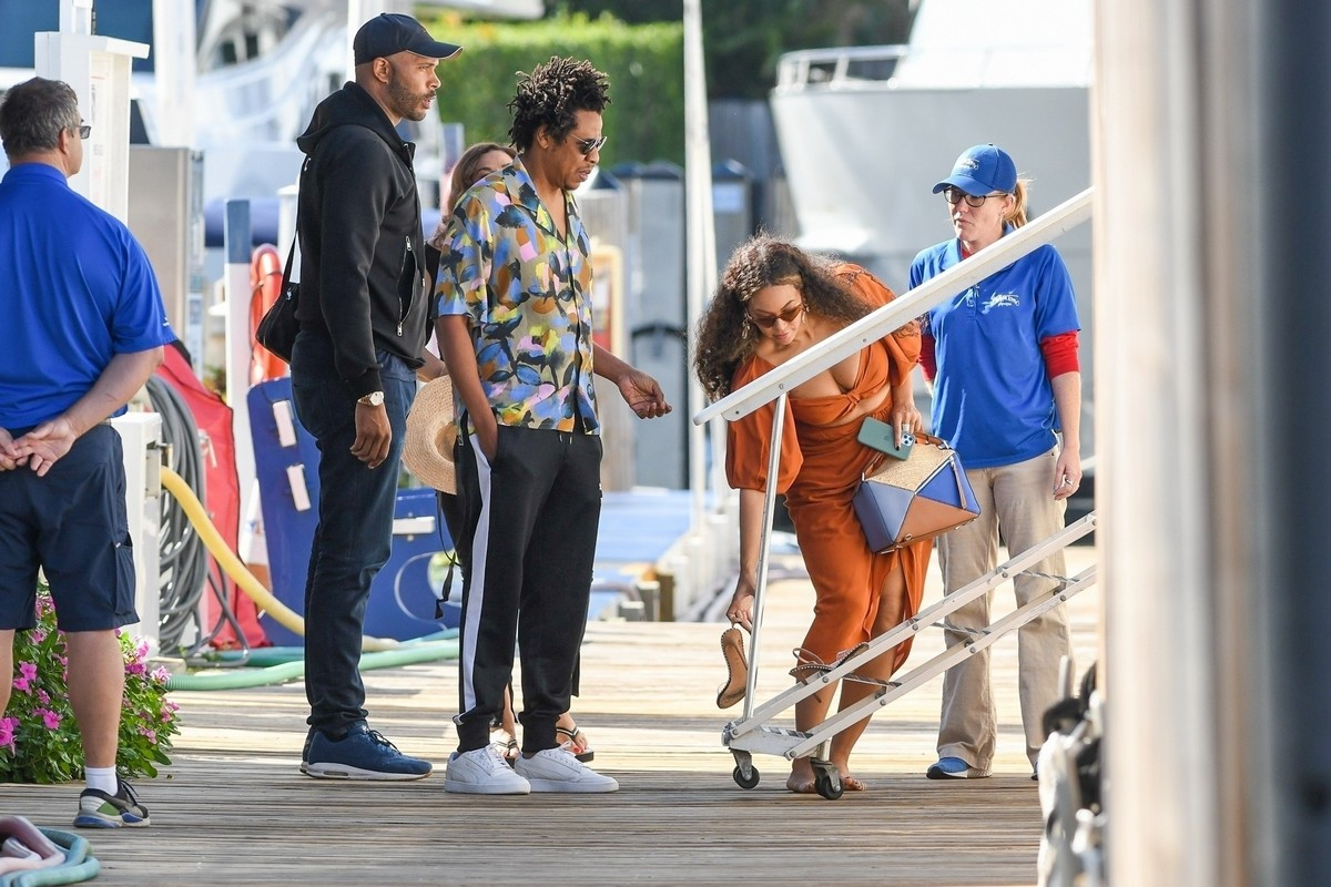 Beyonce and Jay-Z at a local marina in Fort Lauderdale, Florida 2019/11/17 15