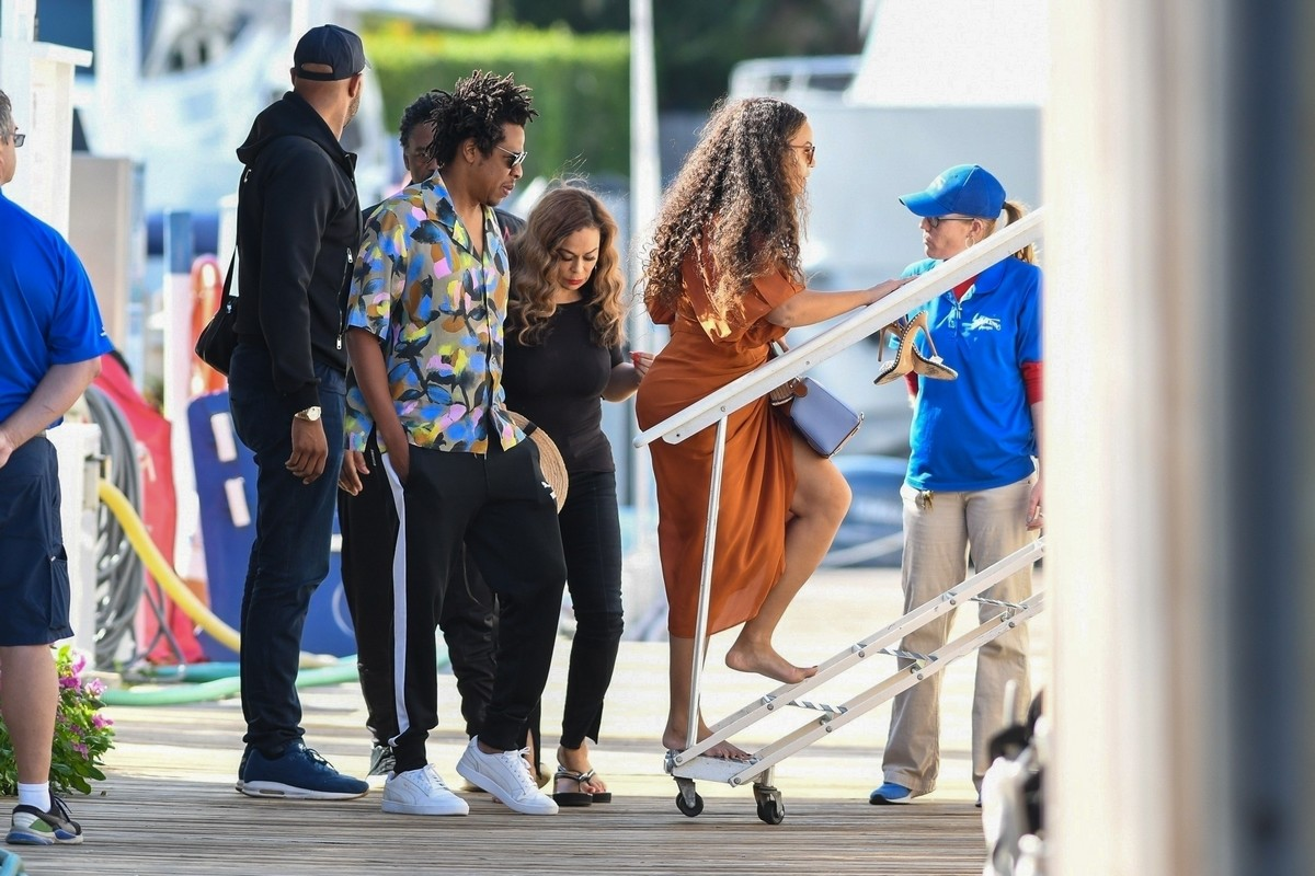 Beyonce and Jay-Z at a local marina in Fort Lauderdale, Florida 2019/11/17 16