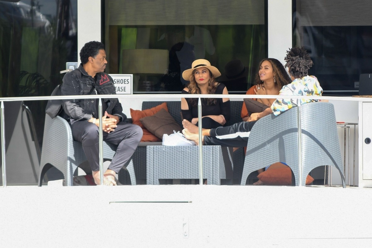 Beyonce and Jay-Z at a local marina in Fort Lauderdale, Florida 2019/11/17 17