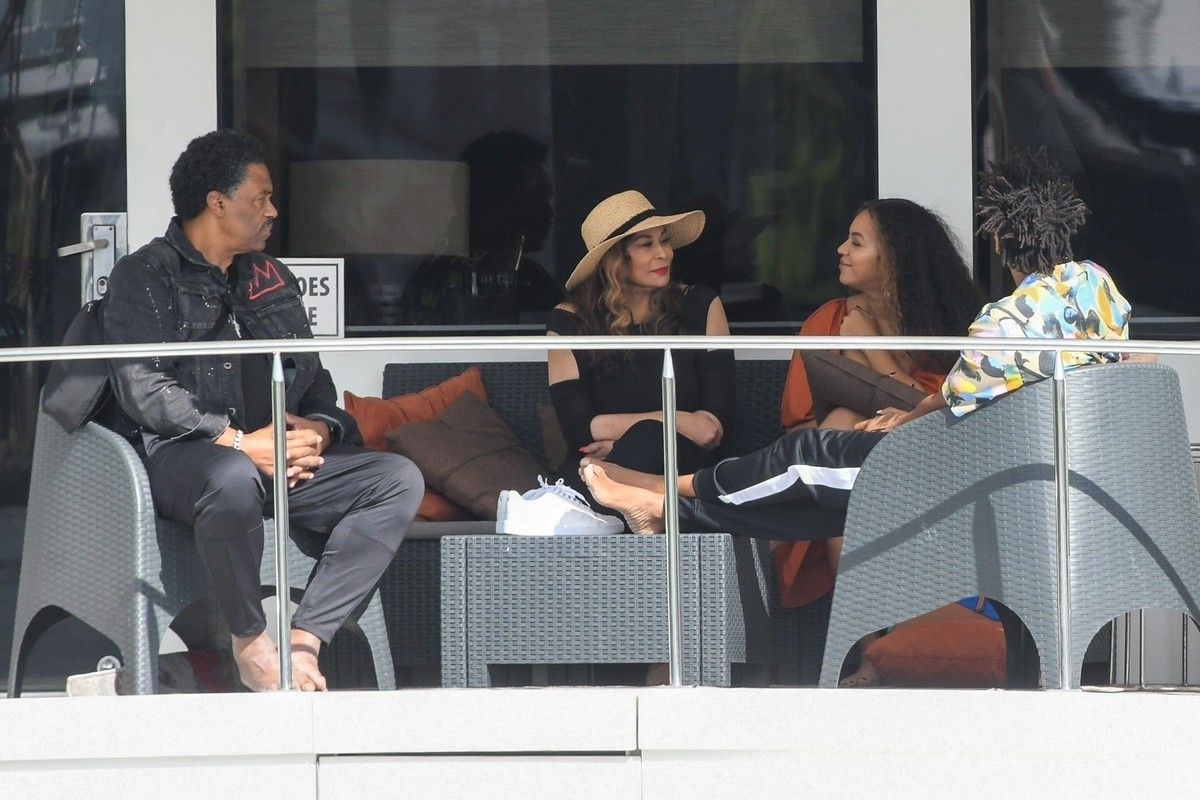 Beyonce and Jay-Z at a local marina in Fort Lauderdale, Florida 2019/11/17 18