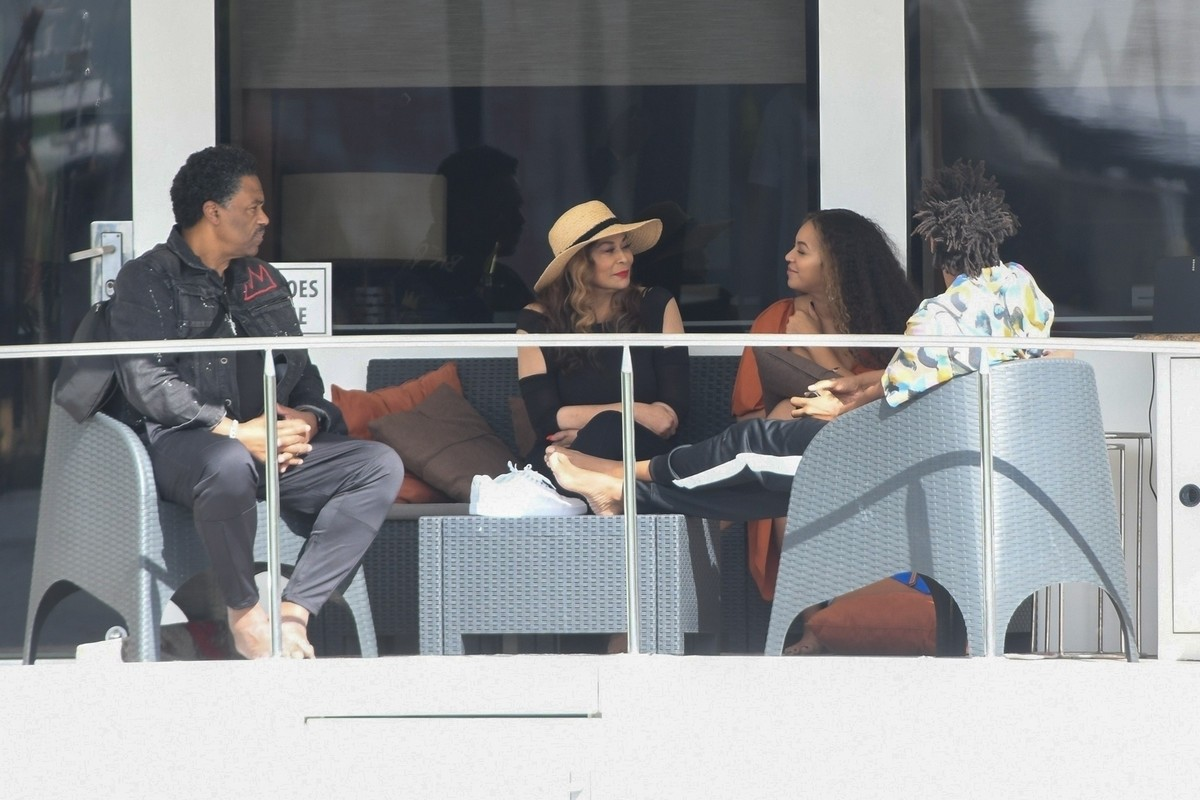 Beyonce and Jay-Z at a local marina in Fort Lauderdale, Florida 2019/11/17 19