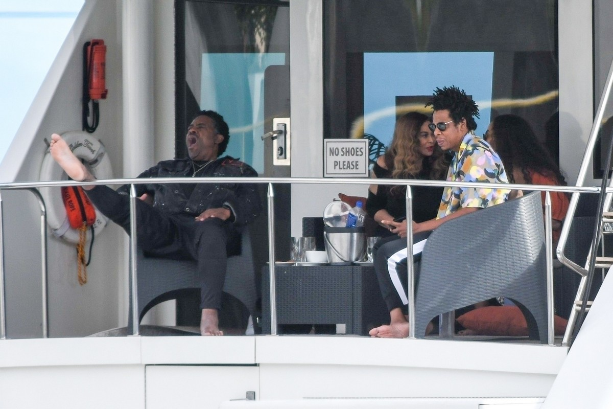 Beyonce and Jay-Z at a local marina in Fort Lauderdale, Florida 2019/11/17 20