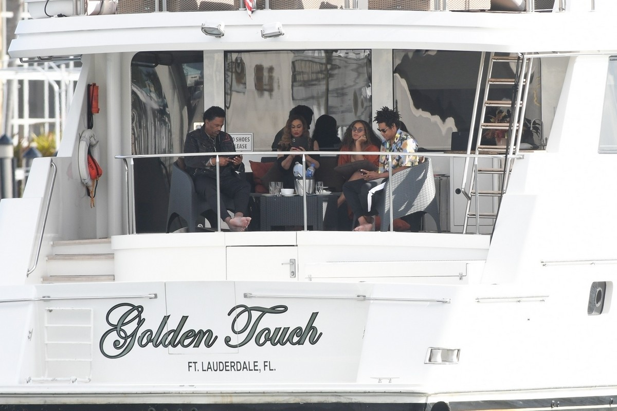 Beyonce and Jay-Z at a local marina in Fort Lauderdale, Florida 2019/11/17 21