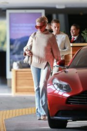 Cameron Diaz in high neck top and blue denim out at Eataly in Los Angeles 2019/11/21 6