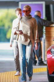 Cameron Diaz in high neck top and blue denim out at Eataly in Los Angeles 2019/11/21 7