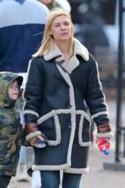 Claire Danes with her son out the day after Thanksgiving in New York 2019/11/29 1