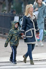 Claire Danes with her son out the day after Thanksgiving in New York 2019/11/29 2