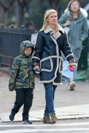 Claire Danes with her son out the day after Thanksgiving in New York 2019/11/29 4