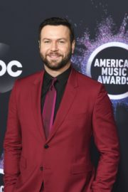 Cobie Smulders and Taran Killam attend 2019 American Music Awards at Microsoft Theater in Los Angeles 2019/11/24 6