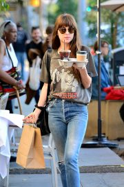 Dakota Johnson enjoys a coffee and snack run in Larchmont Village in Los Angeles 2019/11/06 2