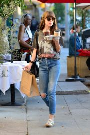 Dakota Johnson enjoys a coffee and snack run in Larchmont Village in Los Angeles 2019/11/06 4