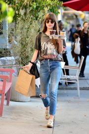 Dakota Johnson enjoys a coffee and snack run in Larchmont Village in Los Angeles 2019/11/06 5