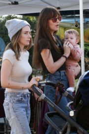 Dakota Johnson with her friends arrives farmers market in Los Angeles 2019/11/24 4