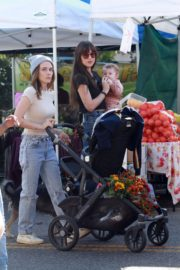 Dakota Johnson with her friends arrives farmers market in Los Angeles 2019/11/24 6