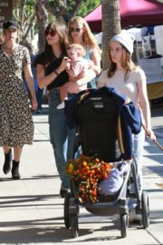 Dakota Johnson with her friends arrives farmers market in Los Angeles 2019/11/24 7