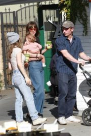 Dakota Johnson with her friends arrives farmers market in Los Angeles 2019/11/24 12