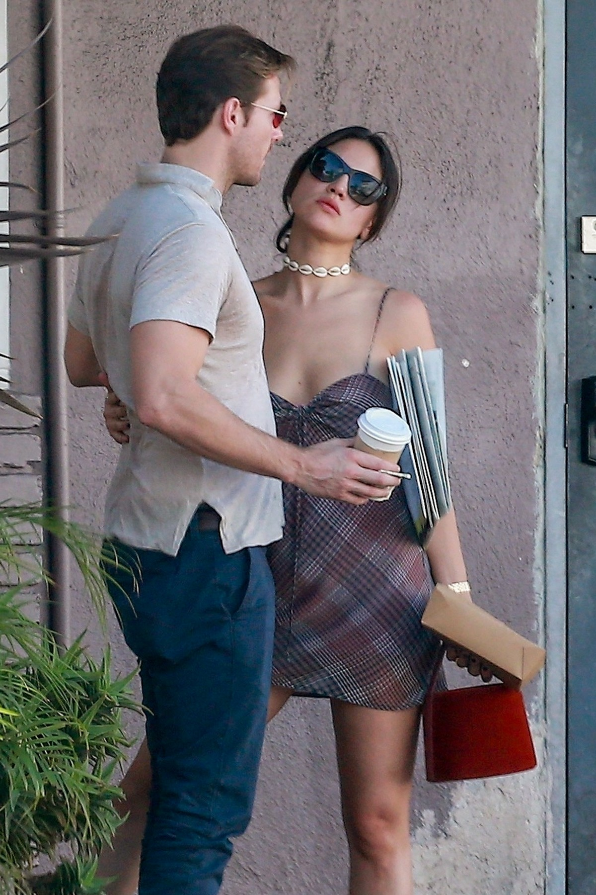 Eiza Gonzalez with Luke Bracey for Lunch at Blu Jam Cafe in Los Angeles 2019/11/08 8