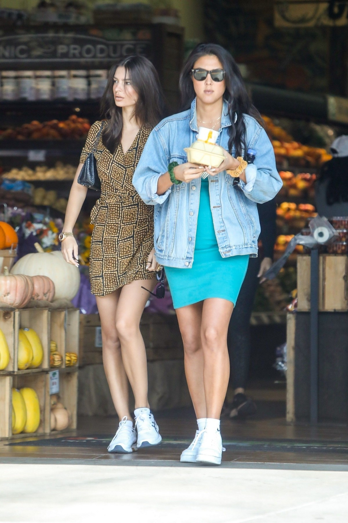 Emily Ratajkowski seen in Short Dress during an Grocery Market with friends in Los Angeles 2019/11/10 7