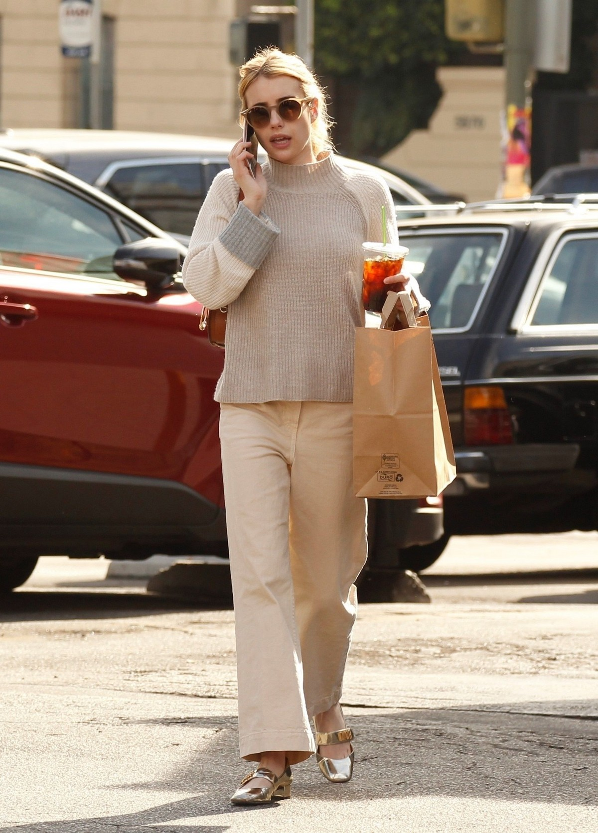 Emma Roberts seen in casual and enjoy coffee in Los Angeles 2019/11/19 2