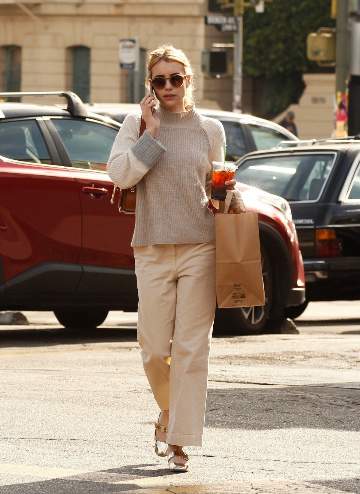 Emma Roberts seen in casual and enjoy coffee in Los Angeles 2019/11/19 3