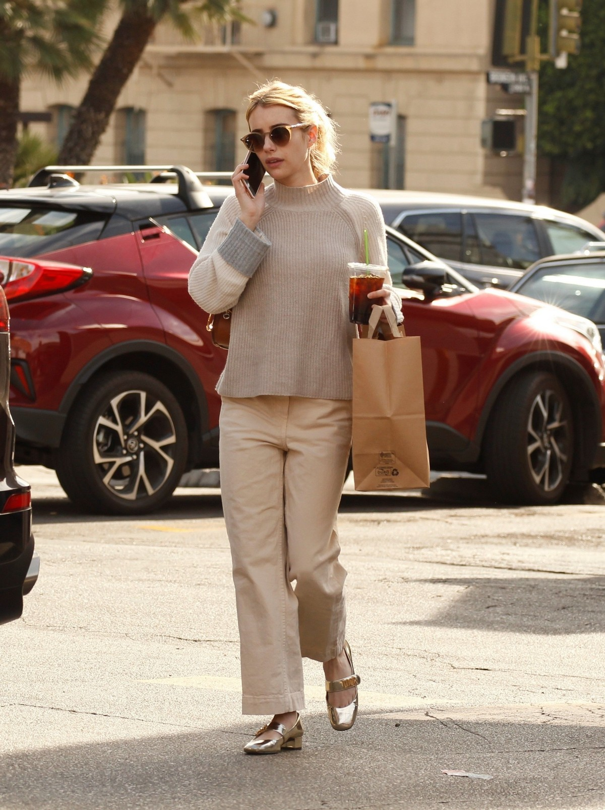 Emma Roberts seen in casual and enjoy coffee in Los Angeles 2019/11/19 5