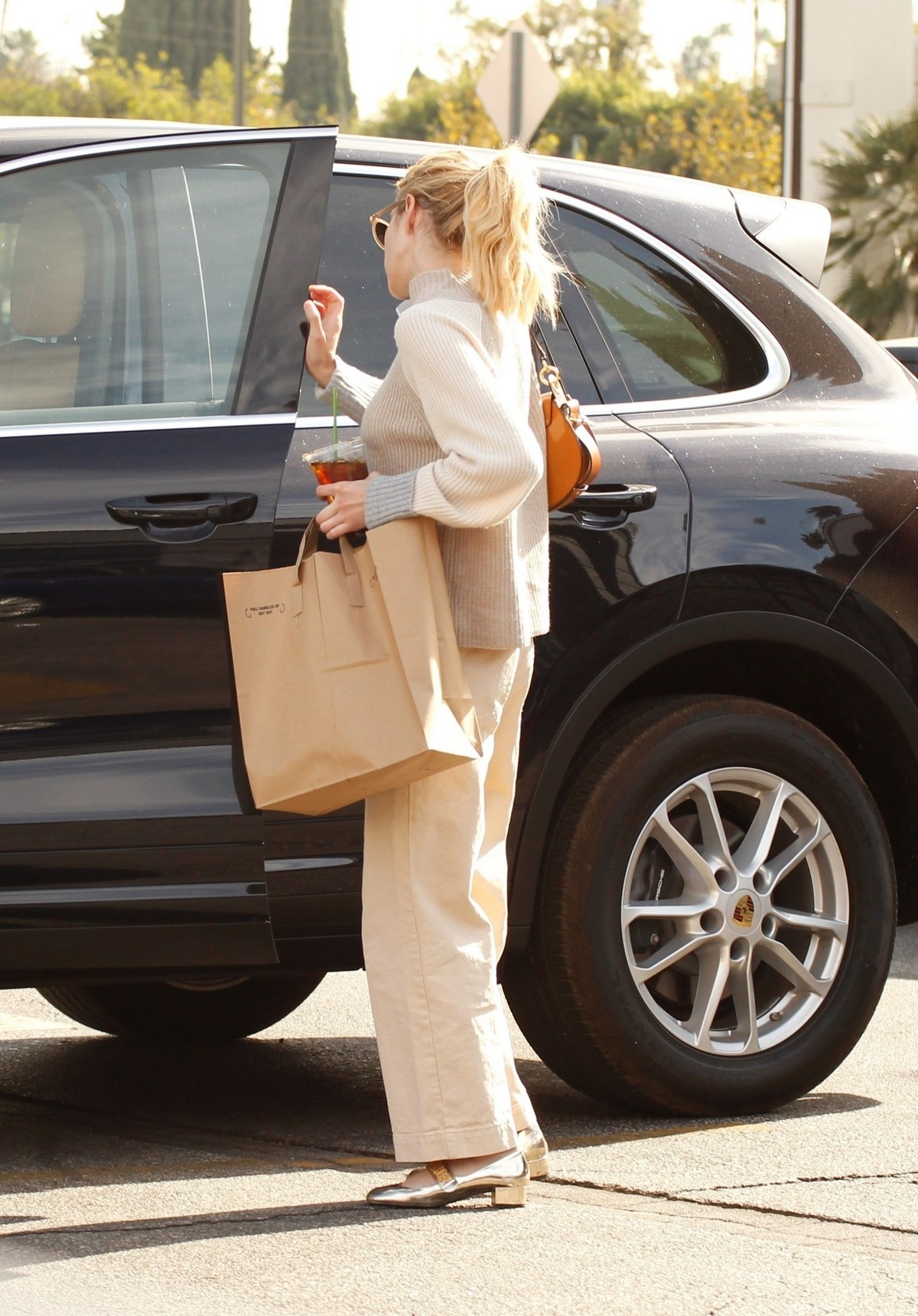 Emma Roberts seen in casual and enjoy coffee in Los Angeles 2019/11/19 6