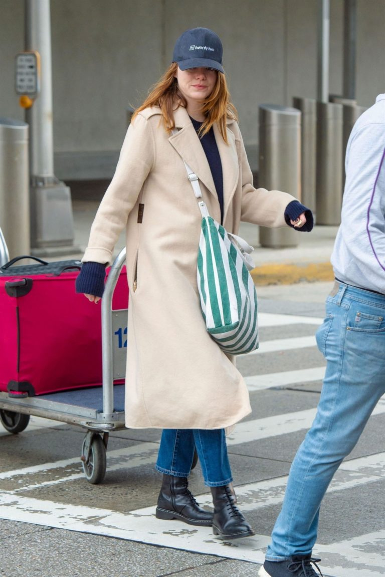 Emma Stone arrives at JFK Airport in New York 2019/11/27 2
