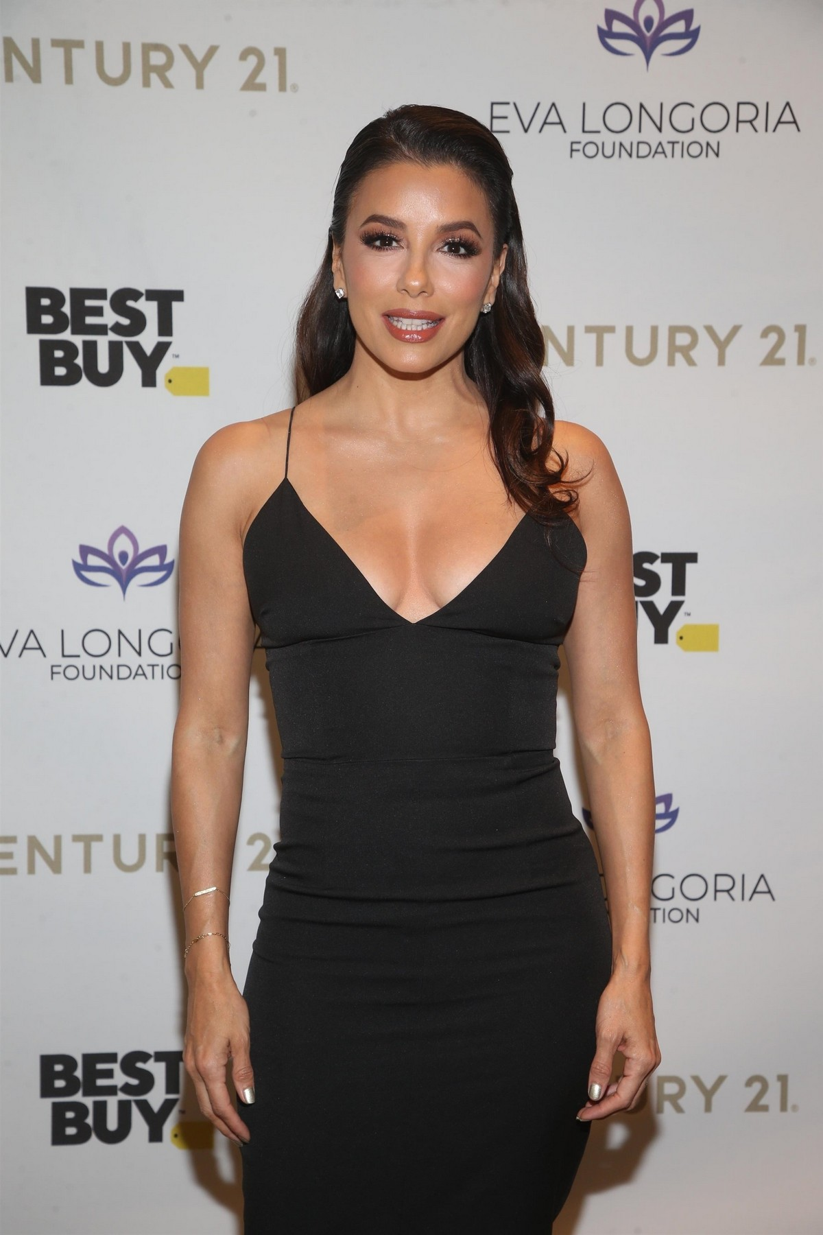 Eva Longoria attends The Eva Longoria Foundation Gala at the Four Seasons in Los Angeles 2019/11/15 7