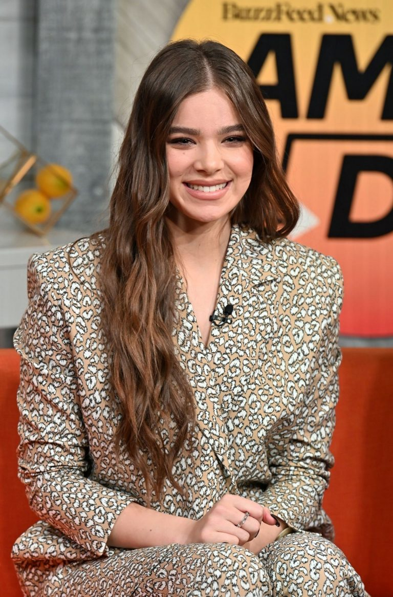 "Hailee Steinfeld visits BuzzFeed's ""AM To DM"" New York 2019/11/01 5"